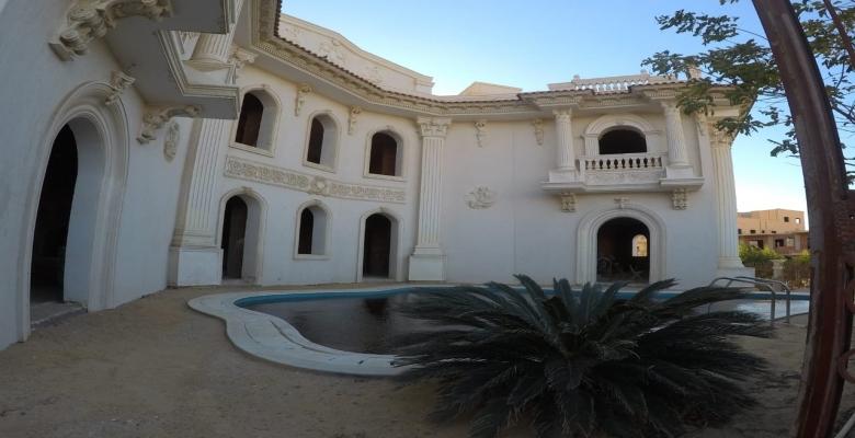 فيلا توينز على الطراز الكلاسيكي اليوناني ويتوسطهم حمام سباحة ( ويمكن فتحهم فيلا واحده كبيره )